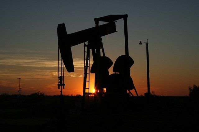 This image has an empty alt attribute; its file name is rigcrudeoil-106913_640.jpg